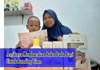 membacakan buku pada bayi